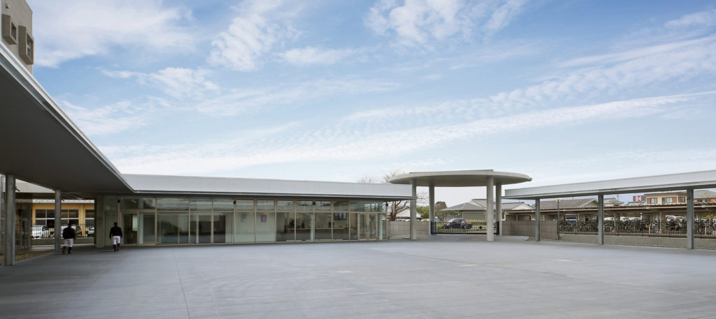遊歩道(プロムナード)の屋根に断熱屋根パネルスタイロルーフBLをご採用頂きました。